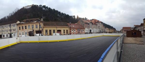 """Magnet pentru turişti la Râşnov: La patinoar """"doar cu buletinul"""" în centrul istoric"""