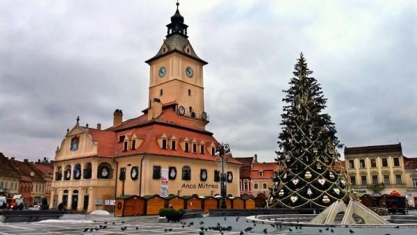 Piaţa Sfatului, ora 17.00: Se aprind cele 33.400 de beculeţe din bradul Crăciunului